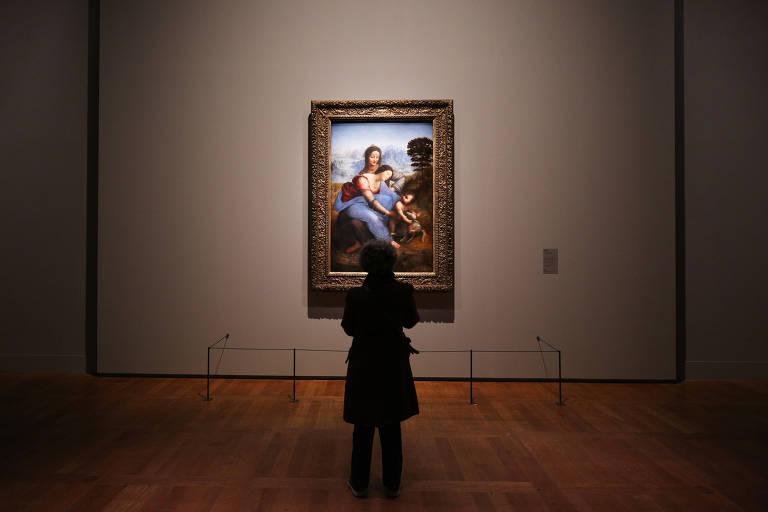 visitante diante de quadro