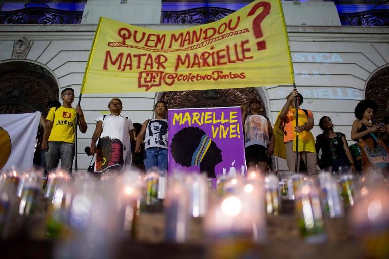 Com velas e faixas, manifestantes se reúnem no Rio