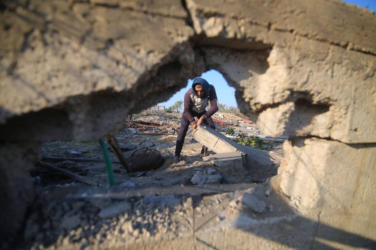 Homem é visto através de orifício causado por explosão no concreto