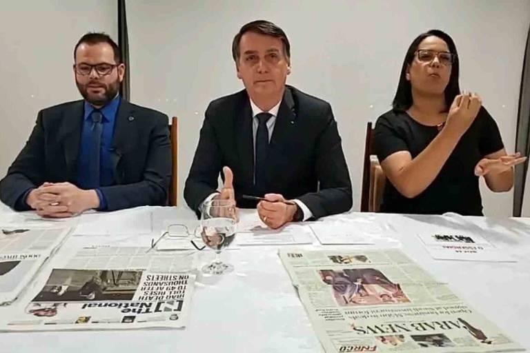 O presidente Jair Bolsonaro, durante transmissão na internet em que anunciou cancelamento de assinaturas do jornal