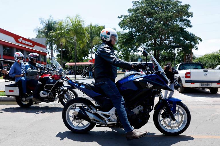 Bolsonaro disse desconhecer candidaturas de laranjas do PSL; Presidente buscou neste sábado (2) moto comprada em loja de Brasília