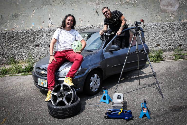 """Os amigos Vitor Fogassa (esq.), 32 anos, e Vitor Quintano, 25, com o Celta que eles reformaram após """"resgatá-lo"""" em uma rua da zona oeste de SP; vídeo bombou no canal """"Carro com Tudo"""" do YouTube"""