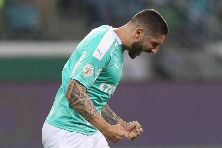 O meia Zé Rafael comemora o gol da vitória do Palmeiras sobre o Ceará, pela 30ª rodada do Campeonato Brasileiro