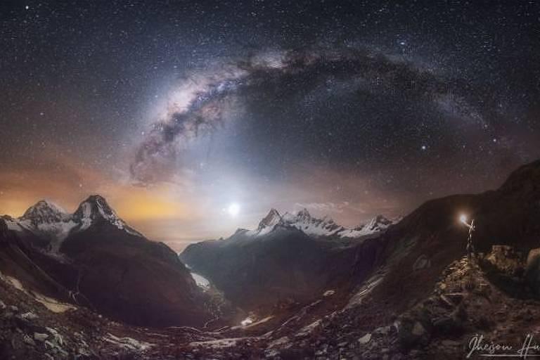 As montanhas cobertas de neve de Huascarán e Huandoy, na Cordilheira Branca, no Peru.