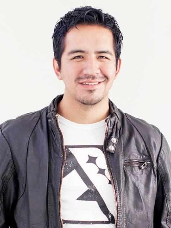 Jason Huerta veste casaco de couro e posa para a foto, sorrindo.