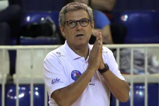 O técnico José Roberto Guimarães em ação durante partida do São Paulo/Barueri