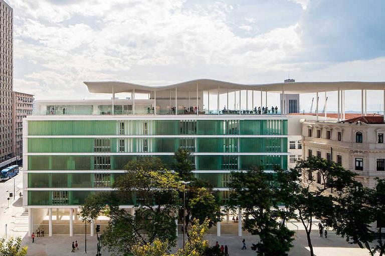 Fachada do museu, em vidro verde