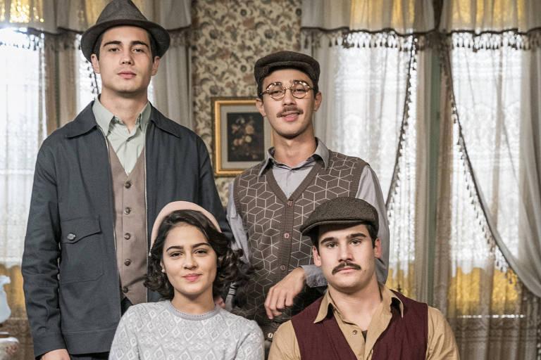 Carlos ( Danilo Mesquita ), Alfredo ( Nicolas Prattes ), Julinho ( André Luiz Frambach ) e Isabel ( Giullia Buscacio )