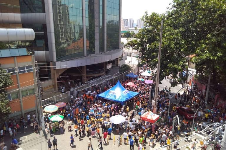Estudantes se aglomeram em frente a Uninove da Barra Funda antes do Enem