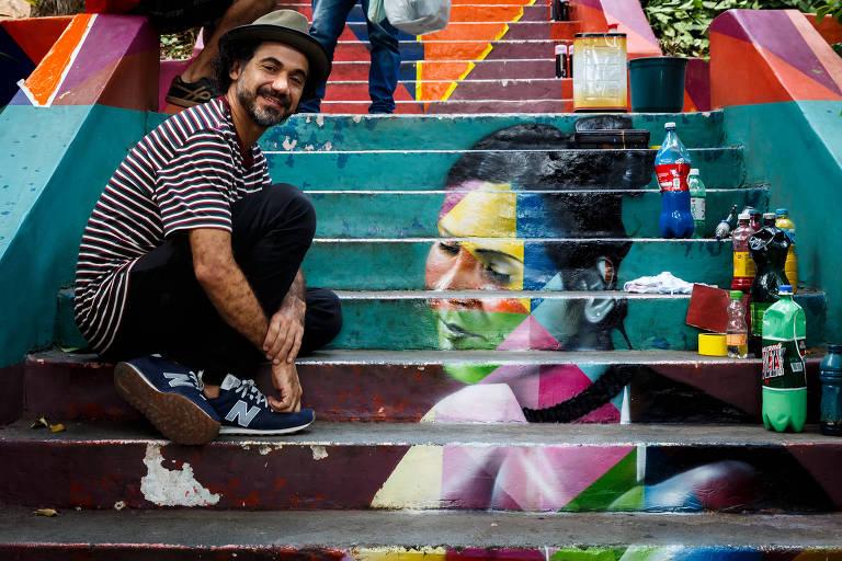 O artistas plastico Eduardo Kobra na escadaria das bailarinas, em Pinheiros (zona oeste)