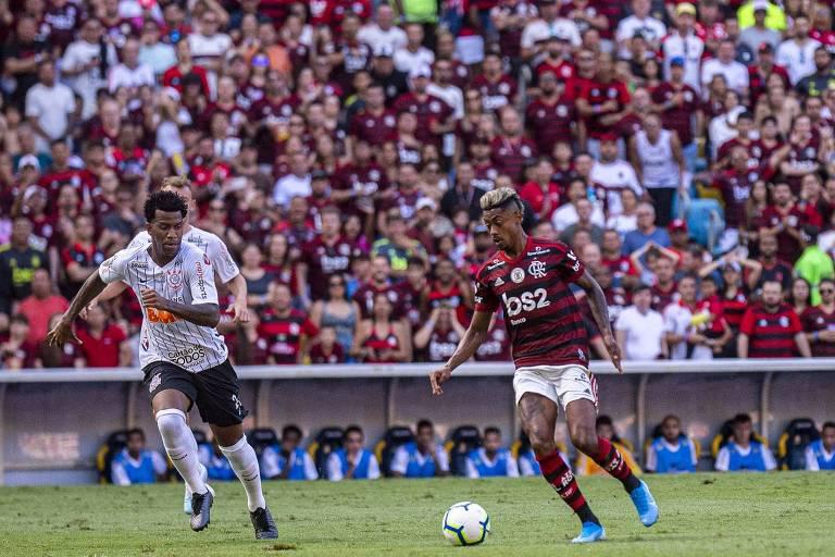 Bruno Henrique parte para o ataque, cercado de perto pelo zagueiro corintiano Gil; o atacante rubro-negro foi o craque da rodada do Brasileirão