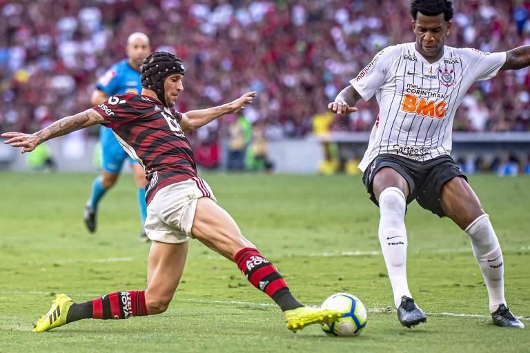 O zagueiro Gil, do Corinthians, divide com o lateral direito Rafinha, do Flamengo, no clássico do povo no Maracanã, pelo Campeonato Brasileiro