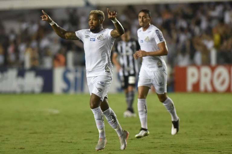 O atacante santista Marinho comemora o seu gol, o segundo do Santos na goleada por 4 a 1 sobre o Botafogo, pelo Campeonato Brasileiro