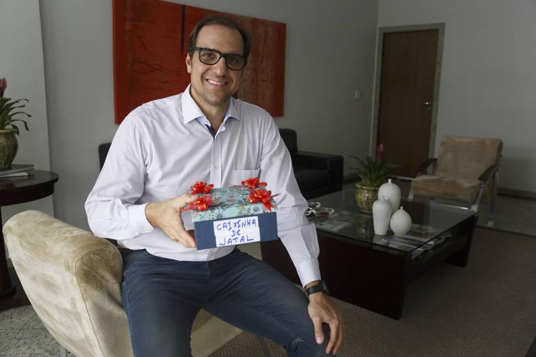 O síndico profissional Marcelo Ardito, com a caixinha dos funcionários no condomínio que administra, nos Jardins (zona oeste de SP)