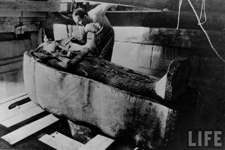 O arqueólogo inglês Howard Carter e o sarcófago da múmio do faraó Tutancâmon, no Egito, em 1922