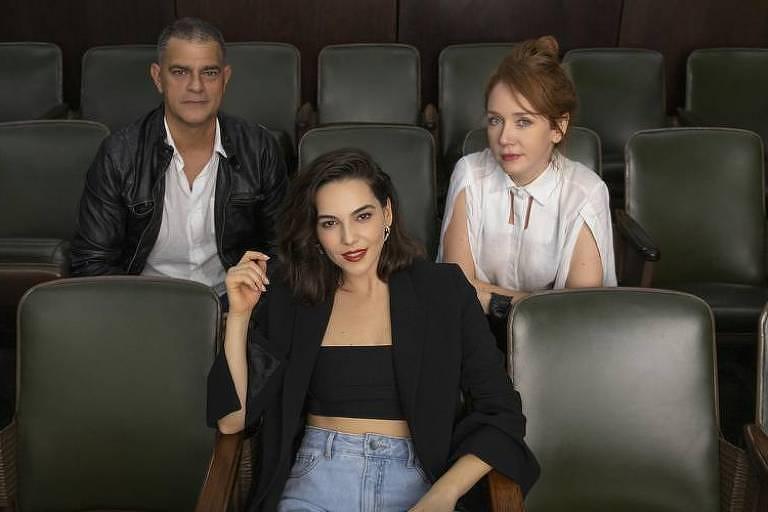 Eduardo Moscovis, Tainá Müller e Camila Morgado em foto divulgação da série 'Bom dia, Verônica'