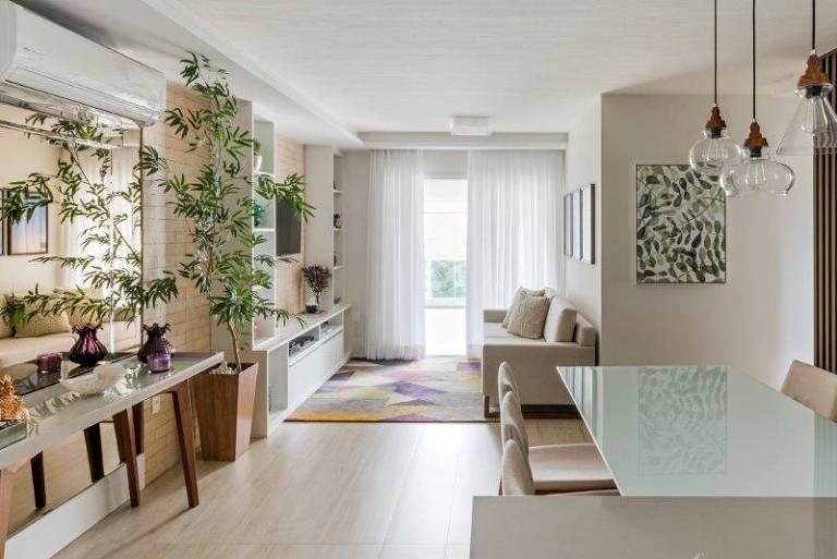 A presença de plantas dentro de casa é cada vez mais visto, mesmo em ambientes pequenos. Nesse projeto, há ainda quadros que remetem à natureza, da TT interiores