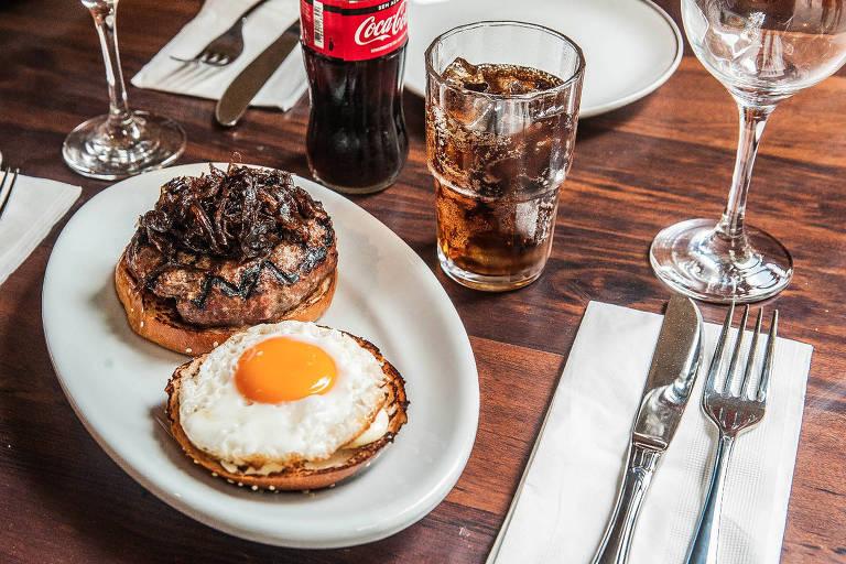 O sanduíche Minetta, do Holy Burger, com ovo com gema mole e cebola caramelizada com canela