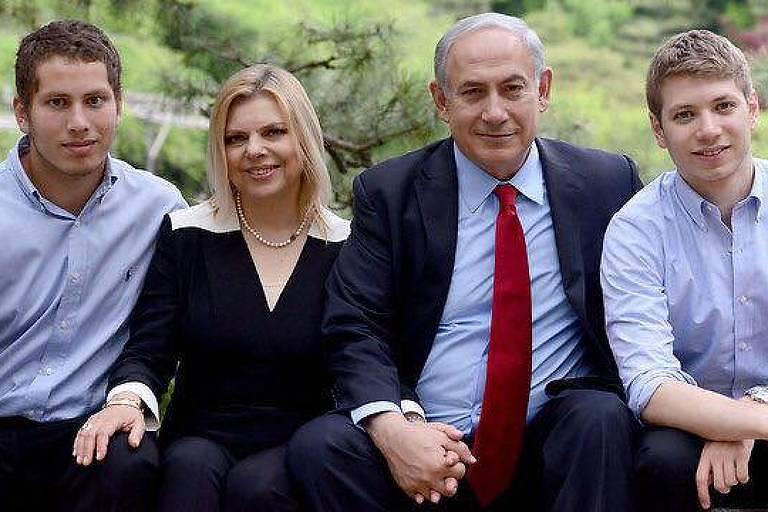 Avner (à esq.) e Yair com os pais, Binyamin e Sara Netanyahu, em foto de família