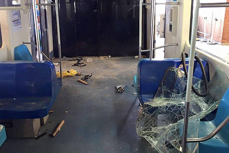 Vagão foi depredado por torcedores na estação Brás do metrô, em São Paulo