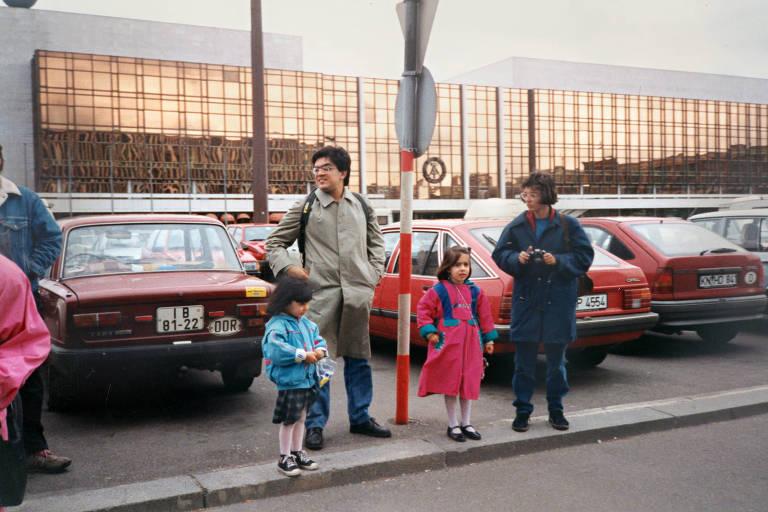 Correspondente Marcelo Leite com filhas e amiga na Alexanderplatz, em 1990