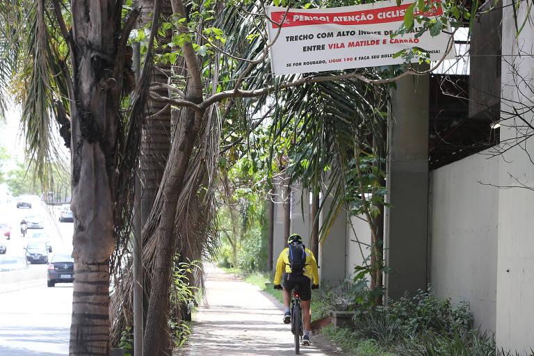 Ciclistas colocam faixa de alerta contra assaltos na Radial Leste em SP