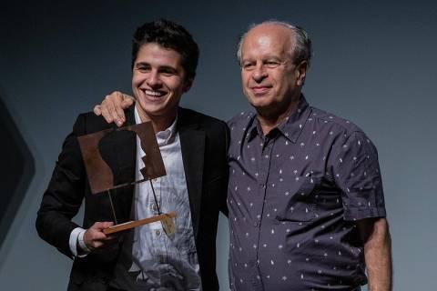 SÃO PAULO, SP, BRASIL, 04-11-2019: Gustavo Glasser, vencedro na categoria Empreendedor Social de Futuro, durante a cerimônia do Prêmio Empreendedor Social, no teatro Porto Seguro, em São Paulo. (Foto: Eduardo Anizelli/Folhapress, EMPREENDEDOR SOCIAL) ***EXCLUSIVO***