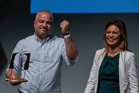 SÃO PAULO, SP, 04.11.2019 - Guilherme Brammer Jr., vencedor do Prêmio Empreendedor Social 2019, com a secretária estadual do Desenvolvimento Econômico, Patrícia Ellen, em cerimônia, no Teatro Porto Seguro, em São Paulo. (Foto: Eduardo Anizelli/Folhapress)