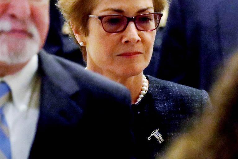 """A ex-embaixadora dos Estados Unidos na Ucrânia afirmou aos deputados que conduzem o inquérito de impeachment contra o presidente Donald Trump que ela se sentiu ameaçada por ele. Marie Yovanovitch reagiu à revelação de que Trump disse em telefonema ao presidente ucraniano, Volodimir Zelenski, que ela """"passaria por algumas coisas"""".  A diplomata disse em seu depoimento aos congressistas, realizado a portas fechadas, que ainda teme retaliações do mandatário.   Este é um dos detalhes que vieram à tona nesta segunda-feira (4), quando a Câmara divulgou centenas de páginas do testemunho de Yovanovich, que foi abruptamente removida da embaixada americana em Kiev em maio deste ano.     Marie Yovanovitch, ex-embaixadora dos EUA Former U.S. ambassador to Ukraine Marie Yovanovitch arrives to testify in the U.S. House of Representatives impeachment inquiry into U.S. President Trump on Capitol Hill in Washington, U.S., October 11, 2019. REUTERS/Jonathan Ernst     TPX IMAGES OF THE DAY ORG XMIT: WAS110R Marie Yovanovitch, ex-embaixadora dos EUA Former U.S. ambassador to Ukraine Marie Yovanovitch arrives to testify in the U.S. House of Representatives impeachment inquiry into U.S. President Trump on Capitol Hill in Washington, U.S., October 11, 2019. REUTERS/Jonathan Ernst TPX IMAGES OF THE DAY ORG XMIT: WAS110R REUTERS           A transcrição do depoimento de Michael McKinley, um diplomata de alto escalão agora aposentado que assessorava o secretário de Estado, Mike Pompeo, também foi divulgada.  Os registros dão conta de várias tentativas feitas por McKinley —nenhuma bem-sucedida— de convencer Pompeo a emitir um comunicado defendendo Yovanovich quando ela estava sendo criticada por membros do Partido Republico e pelo advogado pessoal de Trump, Rudy Giuliani.   Esse depoimento contradiz as declarações de Pompeo, que nega publicamente ter tomado conhecimento de qualquer preocupação do diplomata em relação a Yovanovich.  Em uma entrevista à emissora ABC em outubro, o secretário de Es"""