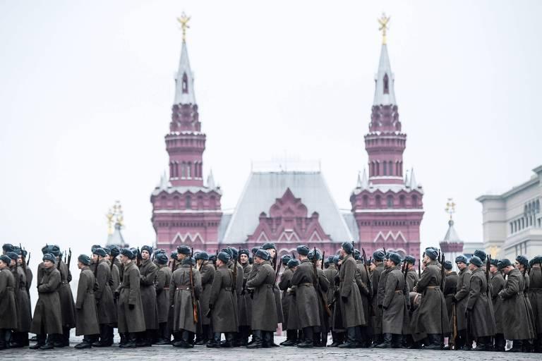 Militares russos uniformizados formam fila para ensaio