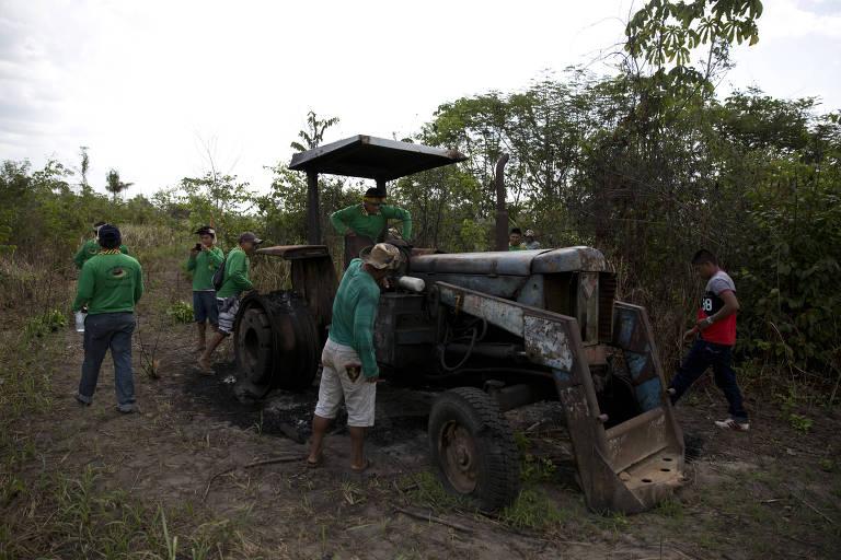 Trator queimado em terra indígena  Alto Turiassu, no Maranhão