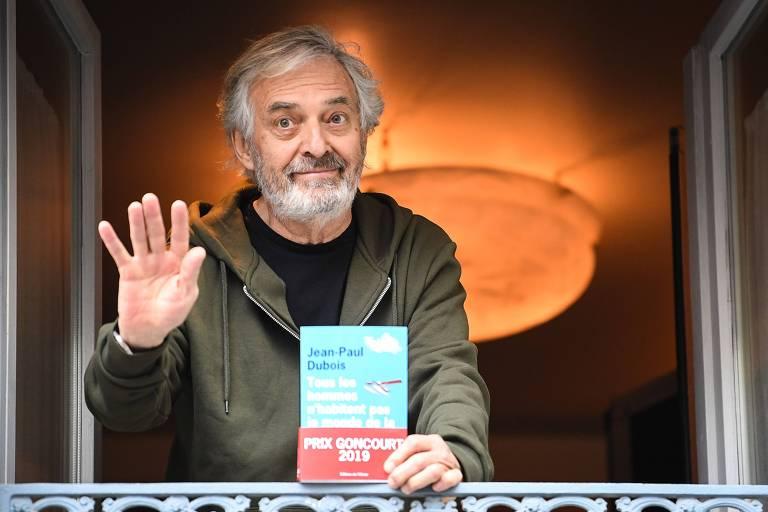 Autor Jean-Paul Dubois posa com seu livro em mãos