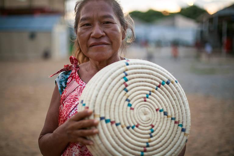 A venezuelana warao Marcelina Bermudez, 50, que vive em um abrigo em Boa Vista e virá a São Paulo ensinar a fazer artesanato com fibra de buriti