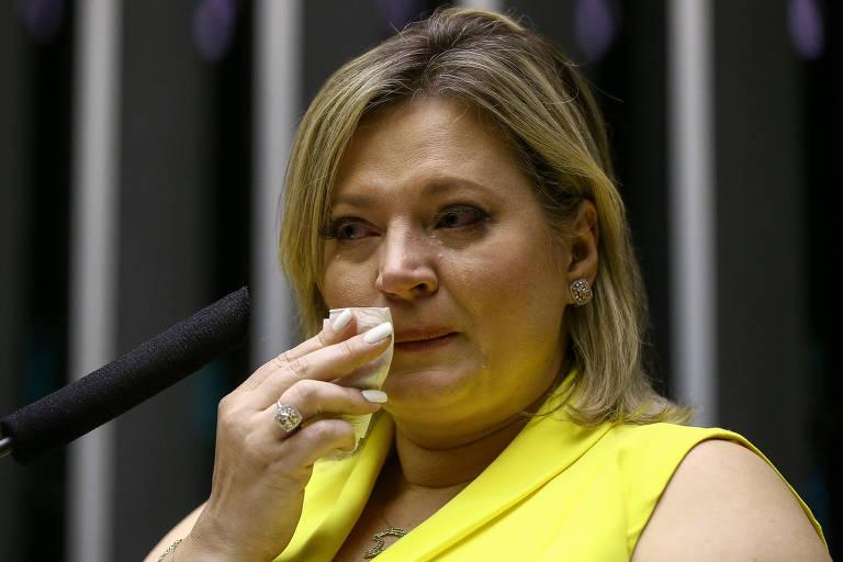 Na tribuna da Câmara, a deputada Joice Hasselmann chora ao falar sobre ataques que diz sofrer nas redes sociais