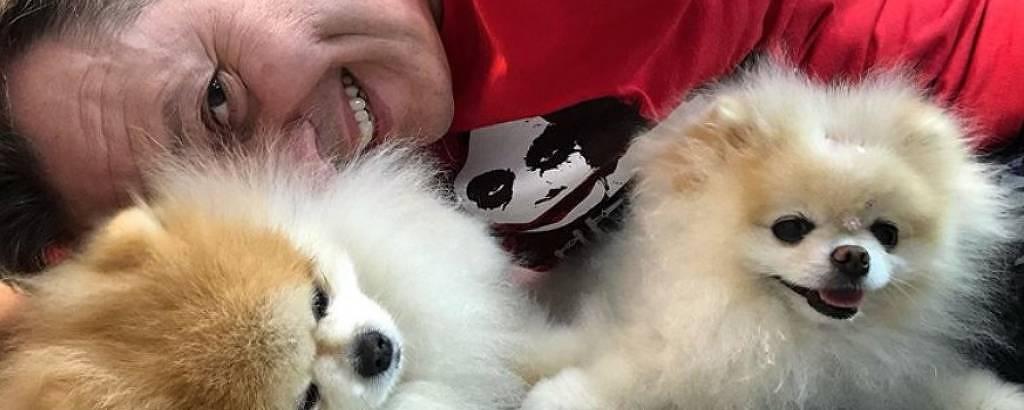 Celso Zucatelli posa com seus dois cãezinhos: Paçoca e Tapioca