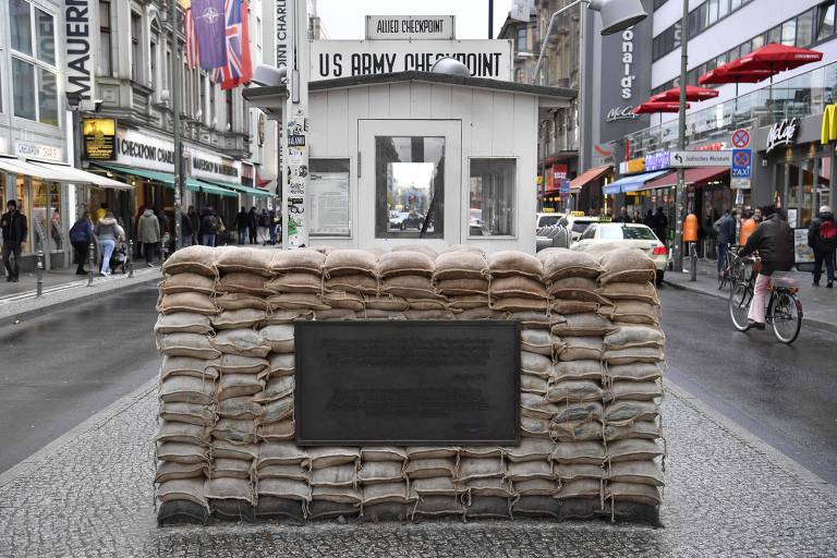 O antigo posto de controle Checkpoint Charlie, na região central de Berlim, na Alemanha