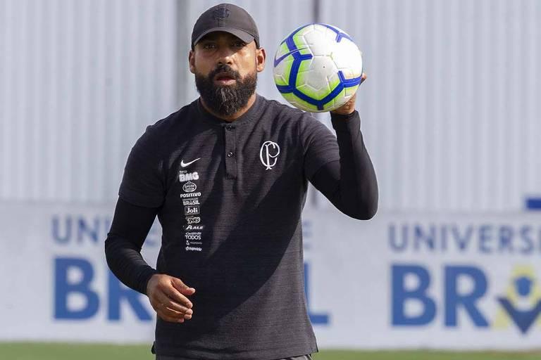 O técnico interino Dyego Coelho durante o treino do Corinthians no CT Joaquim Grava