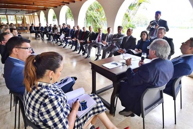Paulo Guedes em mesa com senadores