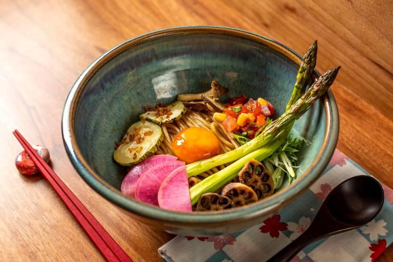 Maze Soba do restaurante Jojo Lab, feito com ramen sem caldo, temperado a base shoyu, gema curada, mix de vegetais e cogumelos