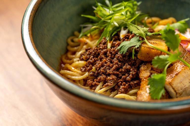 Tantanmen Shinurashi, lamen temperado com shoyu, pasta de gergelim e um toque picante, com carne moída de porco e chashu em cubo do Jojo Lab