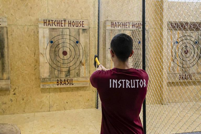 Conheça a Hatchet House Brasil, bar com arremesso de machado
