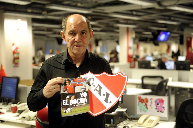 """O ex-jogador argentino Ricardo Bochini, maior ídolo da história do Independiente e de Diego Armando Maradona, segura o livro """"Yo El Bocha"""", sobre sua carreira, na redação do jornal Clarín"""