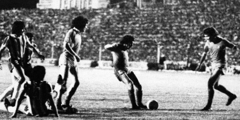 Ricardo Bochini, com o goleiro do Talleres caído (esq.), chuta para marcar o gol do título no jogo de volta da final, em Córdoba