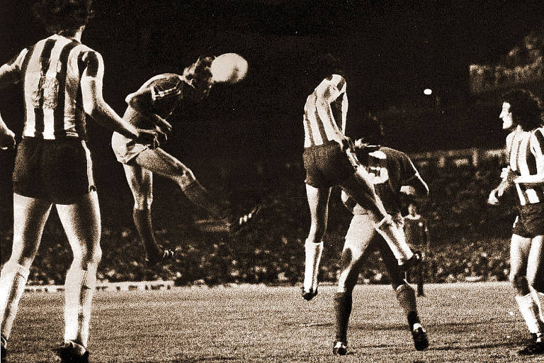 Ricardo Bochini, do Independiente, cabeceia contra o gol do Talleres na primeira partida da decisão do Argentino de 1977