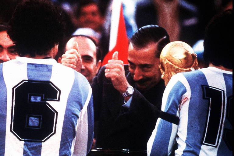 O então presidente e ditador Jorge Videla comemora vitória da seleção de futebol da Argentina na Copa realizada no país, em 1978