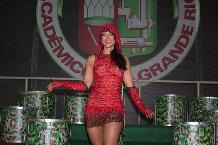 Paolla Oliveira toda de vermelho para clipe de Carnaval