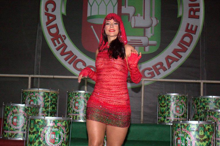 Paolla Oliveira mostra samba no pé e grava clipe de Carnaval na Grande Rio