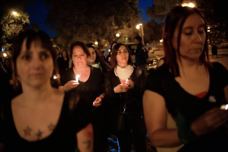 Em Santiago, mulheres homenageiam mortos durante manfestações contra o governo chileno