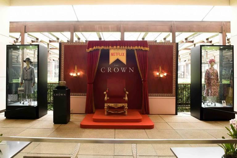 Figurinos usados na terceira temporada de 'The Crown', expostos no shopping Cidade Jardim