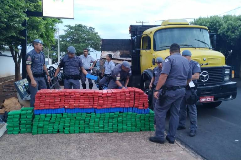 PMs contam tabletes de maconha escondidos em fundo falso de caminhão escoltado por policiais civis
